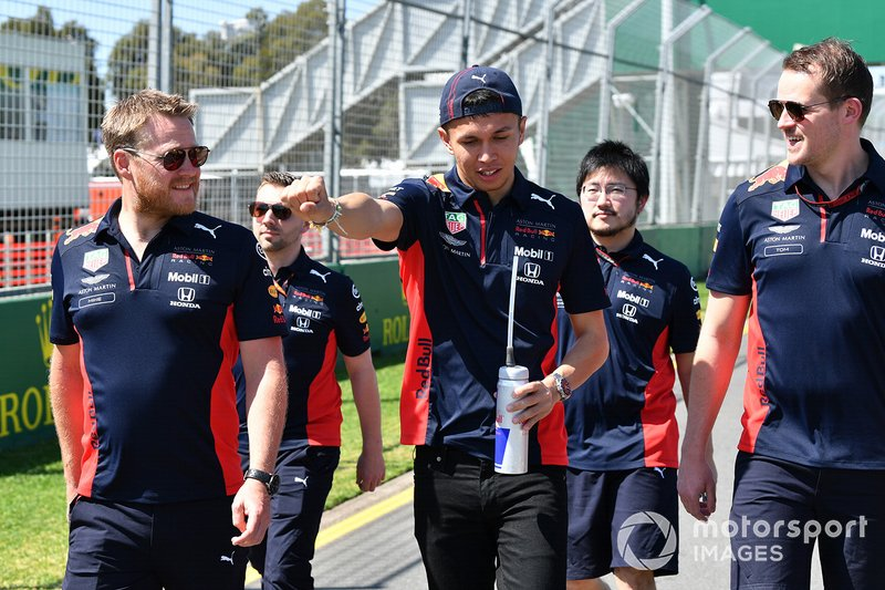 Alex Albon, Red Bull Racing cammina in pista con i membri del team
