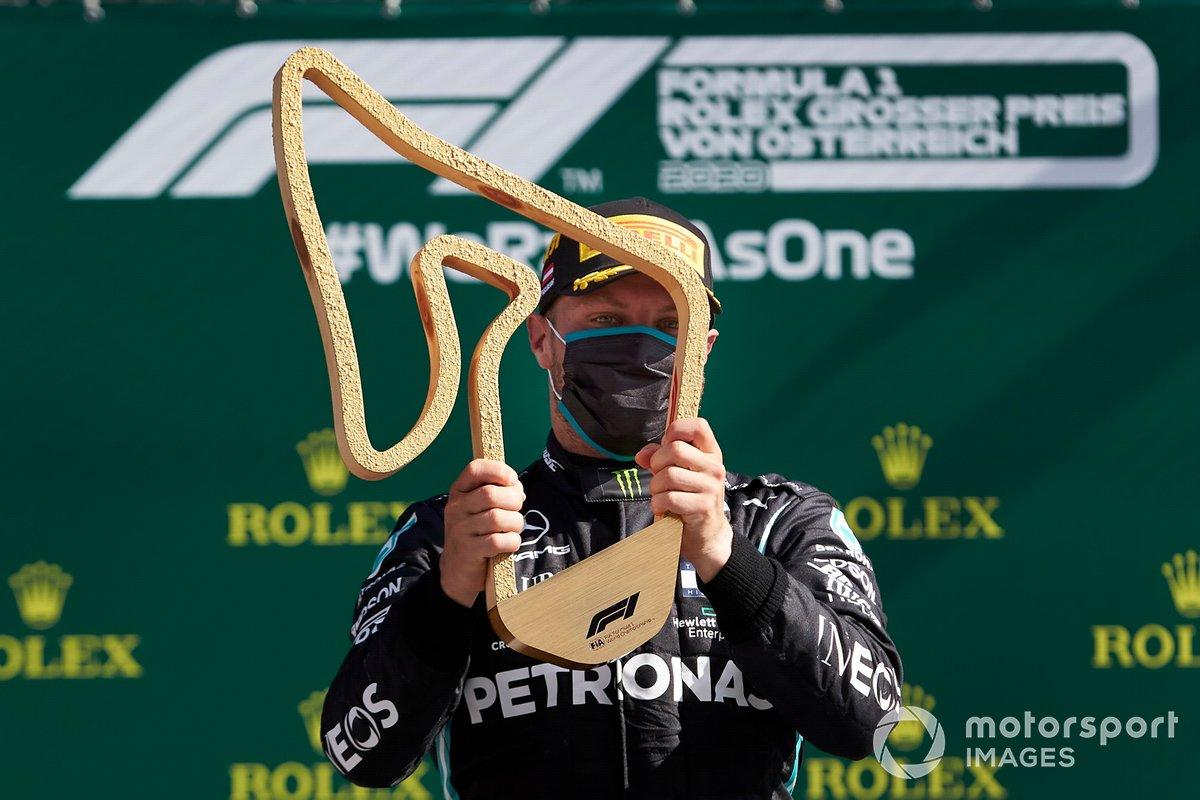 Podio: ganador Valtteri Bottas, Mercedes AMG F1