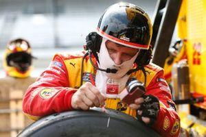 Joey Logano, Team Penske, Ford Mustang Shell Pennzoil crew member