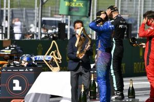 Lando Norris, McLaren riceve il premio per il terzo posto sul podio