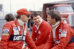 Niki Lauda, McLaren, und John Watson, McLaren, mit John Barnard