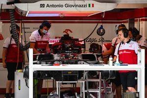 Meccanici al lavoro sull'Alfa Romeo Racing C39 di Antonio Giovinazzi
