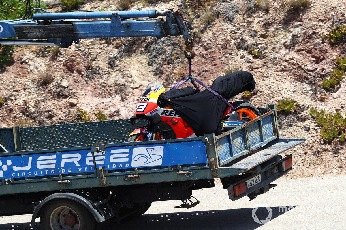 La moto de Alex Márquez, del equipo Repsol Honda en una grúa