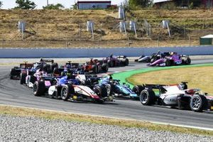 Sean Gelael, Dams, leads Pedro Piquet, CHAROUZ RACING SYSTEM, Louis Deletraz, CHAROUZ RACING SYSTEM, Artem Markelov, BWT HWA RACELAB, and the remainder of the field at the start