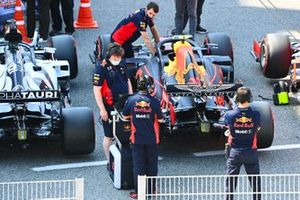 Mechanics in Parc Ferme with the car of Alex Albon, Red Bull Racing RB16, after Qualifying