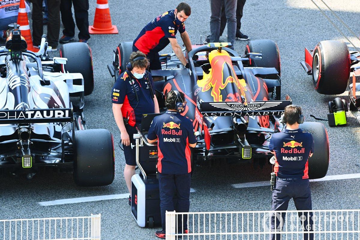 Mecánicos en Parc Ferme con el coche de Alex Albon, Red Bull Racing RB16, después de la calificación