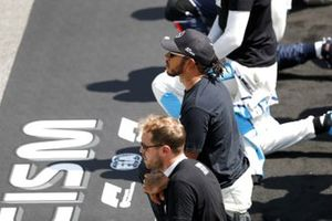 Sebastian Vettel, Ferrari, Lewis Hamilton, Mercedes-AMG Petronas F1, gli altri piloti si inginocchiano sulla griglia di partenza a sostegno della campagna End Racism