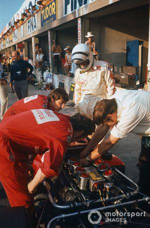 Jochen Rindt, Lotus 72C-Ford, Eddie Dennis, Herbie Blash y el jefe de mecánicos, Dick Scammell preparan el coche en los boxes