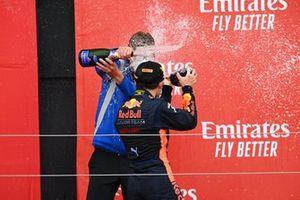 Le vainqueur Yuki Tsunoda, Carlin fêtent sur le podium avec le champagne