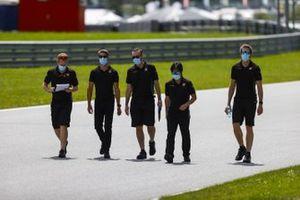 Ромен Грожан идет по «Ред Булл Рингу» вместе с сотрудниками команды Haas