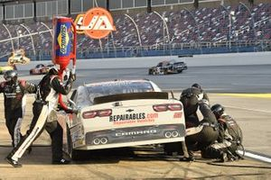 Jeremy Clements, Jeremy Clements Racing, Chevrolet Camaro Repairables.com, makes a pit stop