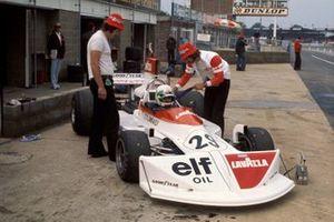 Dos mecánicos y Lella Lombardi en su March 751 Ford