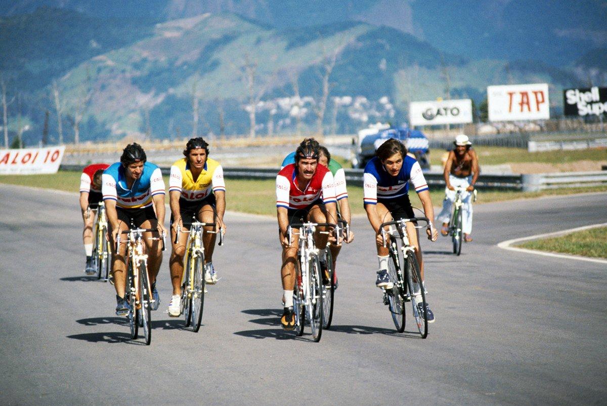 Los pilotos participan en una carrera de bicicletas alrededor del nuevo circuito: Jody Scheckter, Wolf; Emerson Fittipaldi, Fittipaldi; Clay Regazzoni, Shadow; Eddie Cheever Theodore