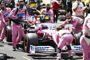 Los mecánicos de Racing Point en la parrilla con Lance Stroll, Racing Point RP20