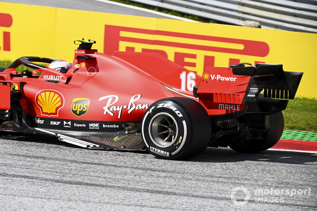I danni sulla macchina di Leclerc, Ferrari SF1000, dopo l'incidente alla partenza