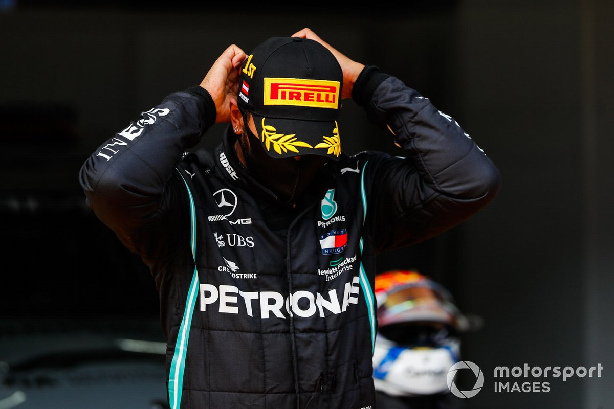 Lewis Hamilton, Mercedes-AMG Petronas F1, adjusts his mask