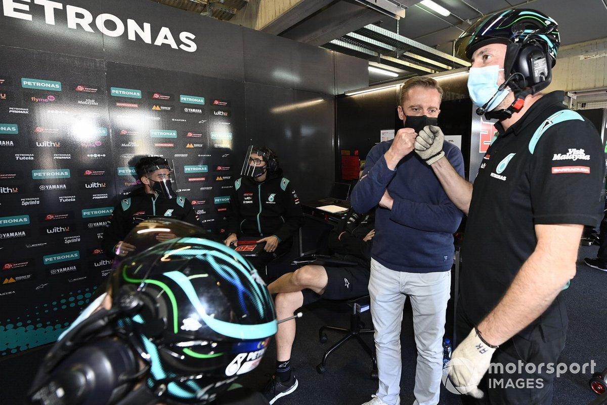 Atmósfera del garaje del equipo Petronas Yamaha