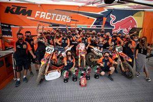 Het KTM-team viert de GP-zege van Jorge Prado, de rode plaat van Tony Cairoli en de MX2-zege van Tom Vialle