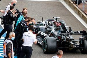 Lewis Hamilton, Mercedes F1 W11, 1°posto, arriva nel parco chiuso