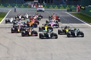 Lewis Hamilton, Mercedes F1 W11 Valtteri Bottas, Mercedes F1 W11 y Daniel Ricciardo, Renault F1 Team R.S.20 al inicio