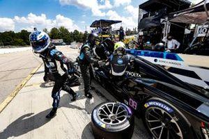 #10 Konica Minolta Cadillac DPi-V.R. Cadillac DPi, DPi: Renger Van Der Zande, Ryan Briscoe, pit stop