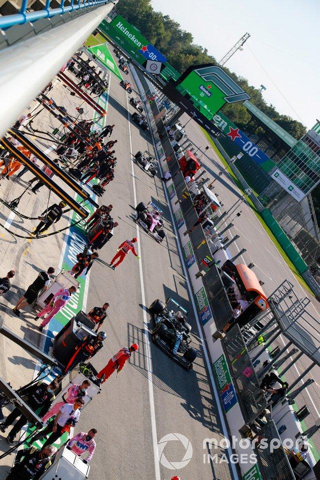 Lewis Hamilton, Mercedes F1 W11, y los pilotos en pits
