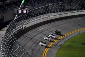 Justin Haley, Kaulig Racing, Chevrolet Camaro LeafFilter Gutter Protection Toma la bandera a cuadros ganando el Wawa 250