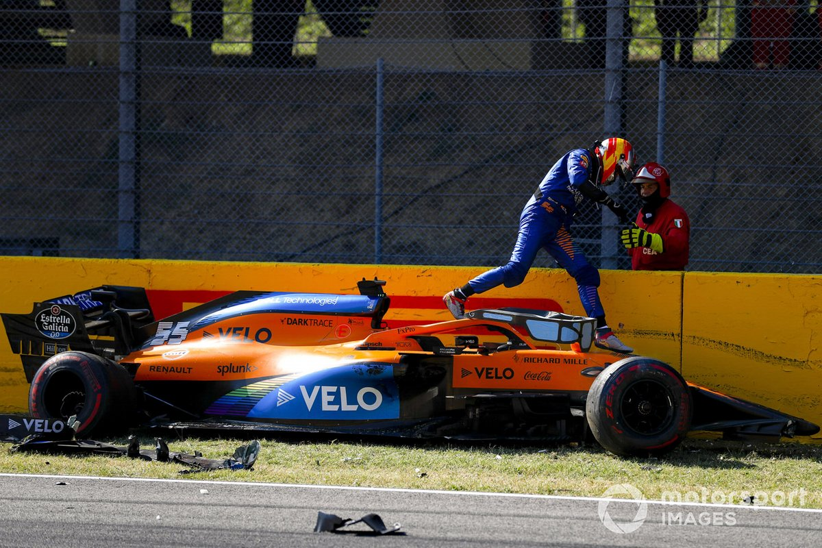 Carlos Sainz Jr., McLaren MCL35 después de chocar