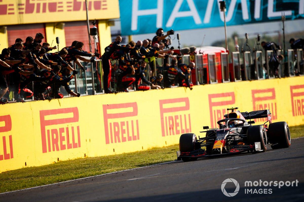 Tercer lugar Alex Albon, Red Bull Racing RB16 cruza la meta