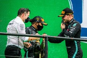 Peter Bonnington, Ingegnere di gara, Mercedes AMG, e Lewis Hamilton, Mercedes-AMG F1, 1°posto, Valtteri Bottas, Mercedes-AMG F1, 2°posto, festeggiano sul podio