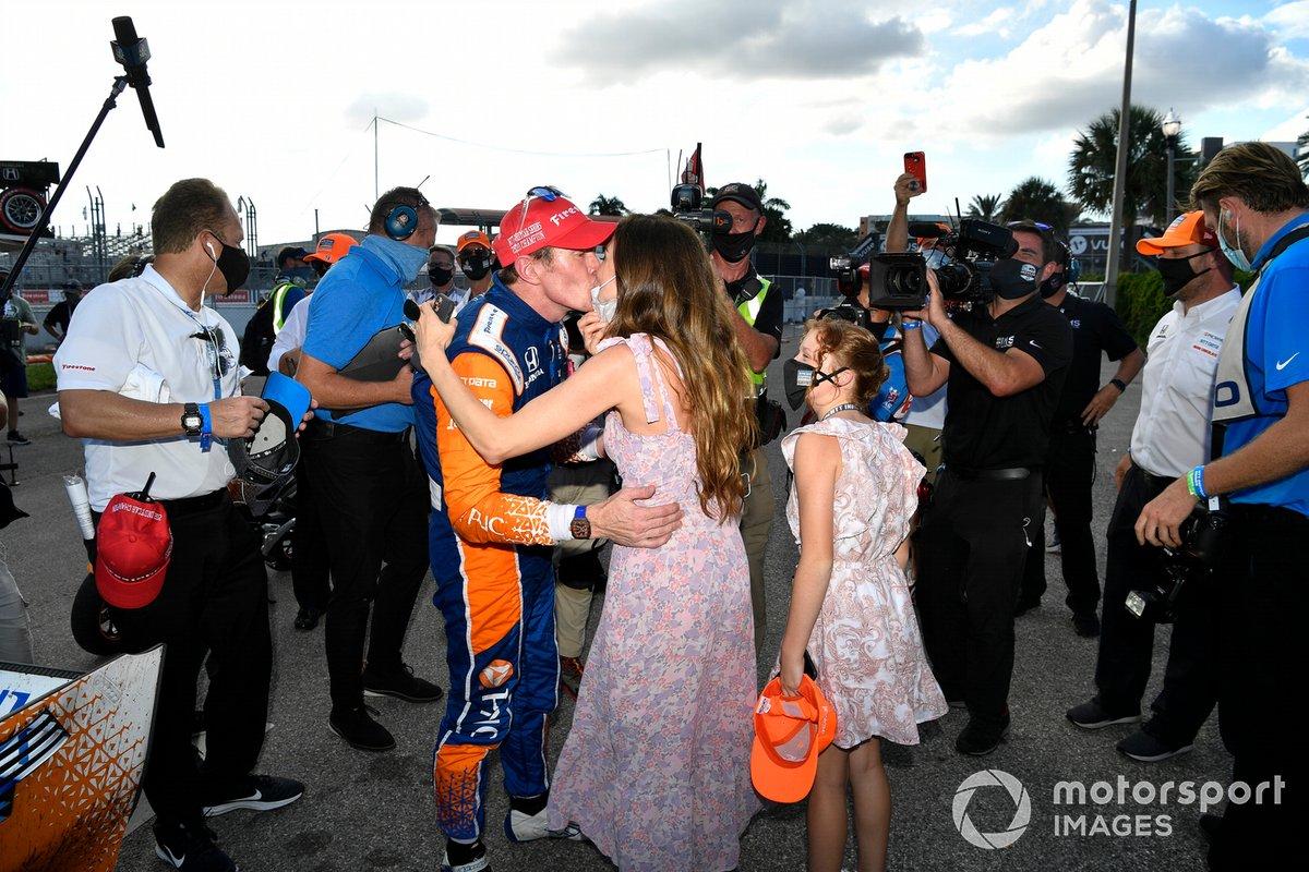 Campeón Scott Dixon, Chip Ganassi Racing Honda y su esposa Emma