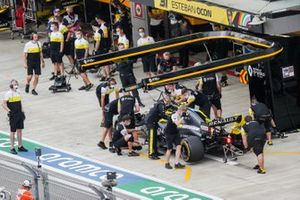 Esteban Ocon, Renault F1 Team R.S.20, in the pits