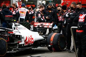 Haas F1 mechanics on the grid with the car of Kevin Magnussen, Haas VF-20