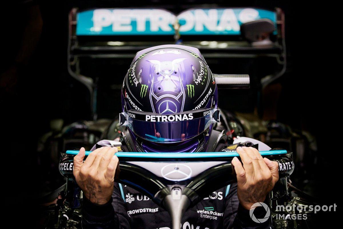 Lewis Hamilton, Mercedes, entra nella sua monoposto