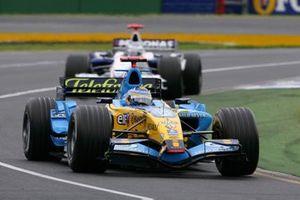 Fernando Alonso, Renault R26 precede Nick Heidfeld, BMW Sauber F1.06
