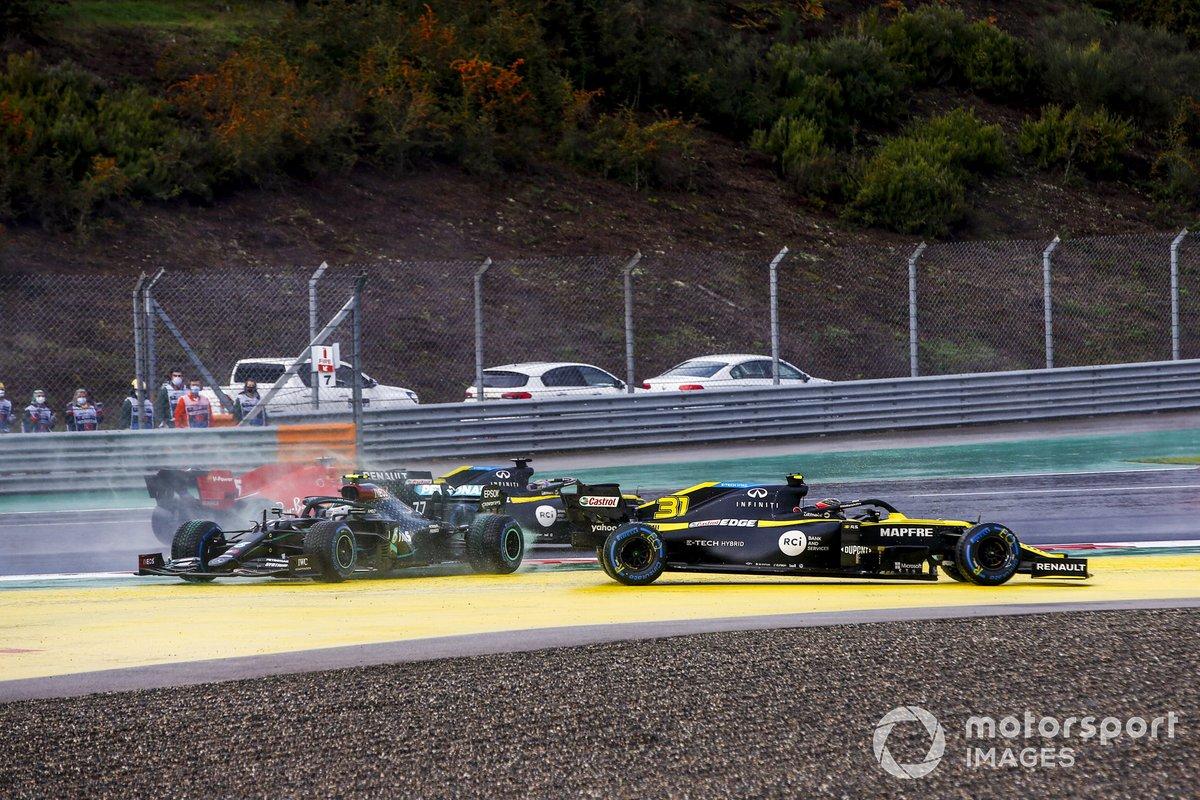 Esteban Ocon, Renault F1 Team R.S.20 y Valtteri Bottas, Mercedes F1 W11 se tocan en la salida
