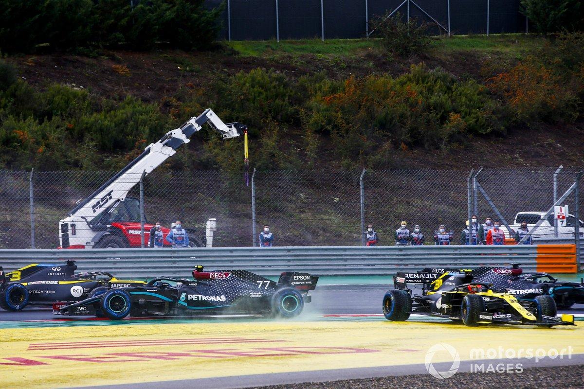 Valtteri Bottas, Mercedes F1 W11 y Esteban Ocon, Renault F1 Team R.S.20 chocan al inicio