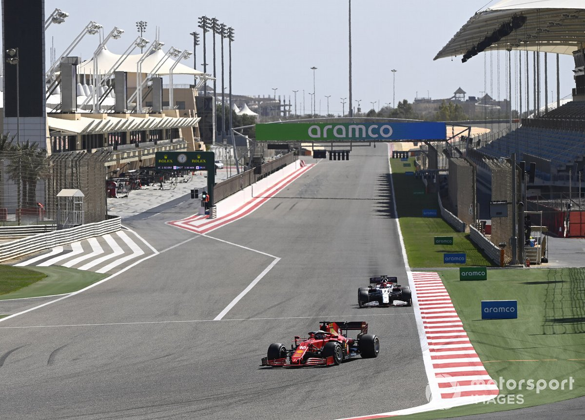 Charles Leclerc, Ferrari SF21 e Kimi Raikkonen, Alfa Romeo Racing C41