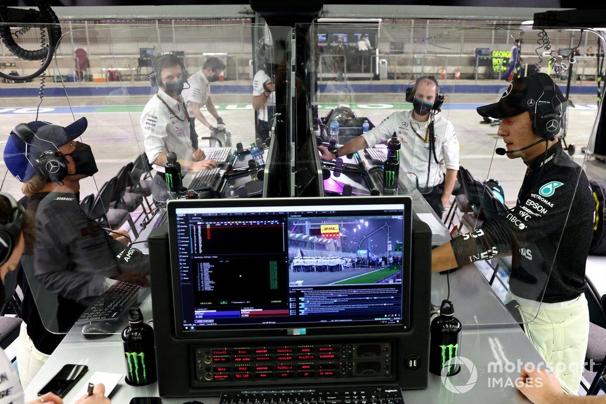 Valtteri Bottas, Mercedes-AMG F1, y George Russell, Mercedes-AMG F1, en el box
