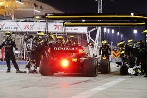 Daniel Ricciardo, Renault F1 Team R.S.20, makes a pit stop
