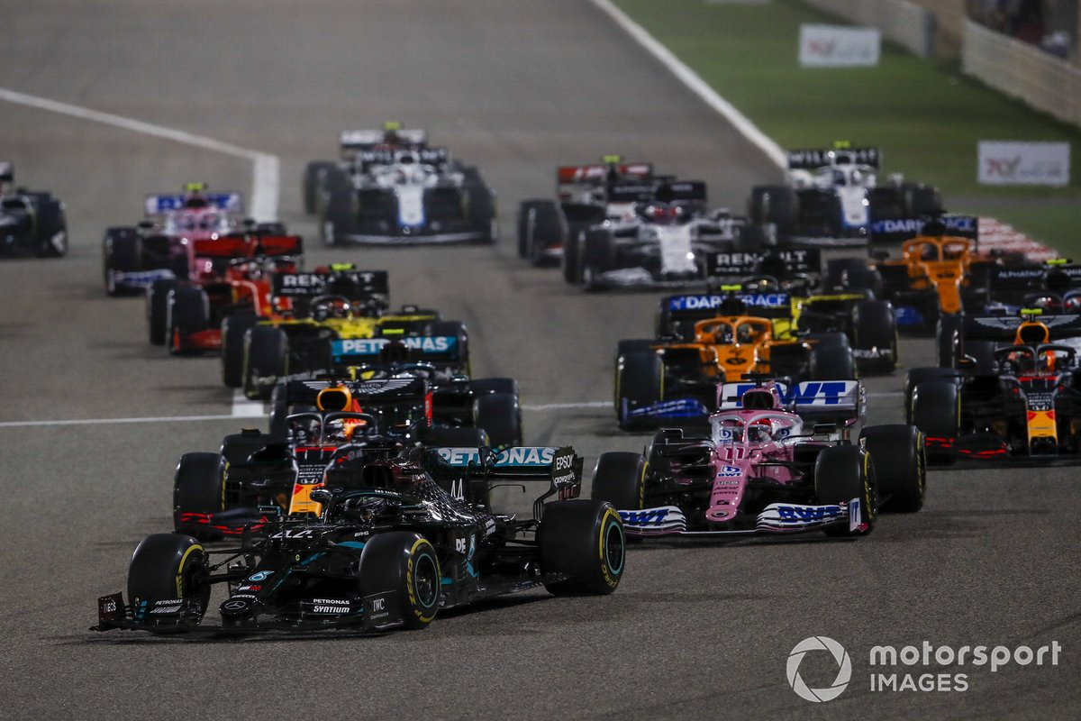 Lewis Hamilton, Mercedes F1 W11, Sergio Pérez, Racing Point RP20 and Max Verstappen, Red Bull Racing RB16 al inicio
