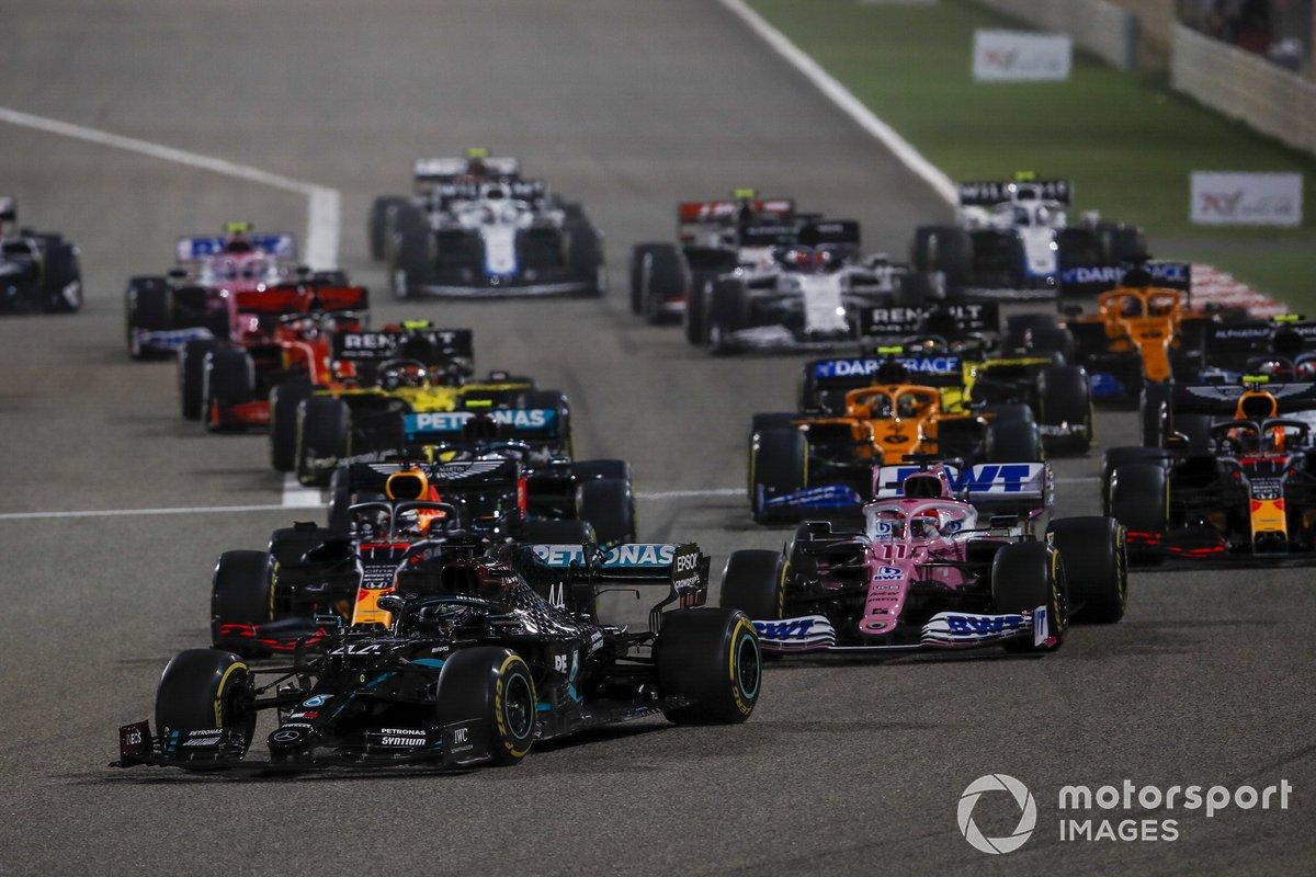 Lewis Hamilton, Mercedes F1 W11, Sergio Perez, Racing Point RP20 e Max Verstappen, Red Bull Racing RB16 alla partenza della gara