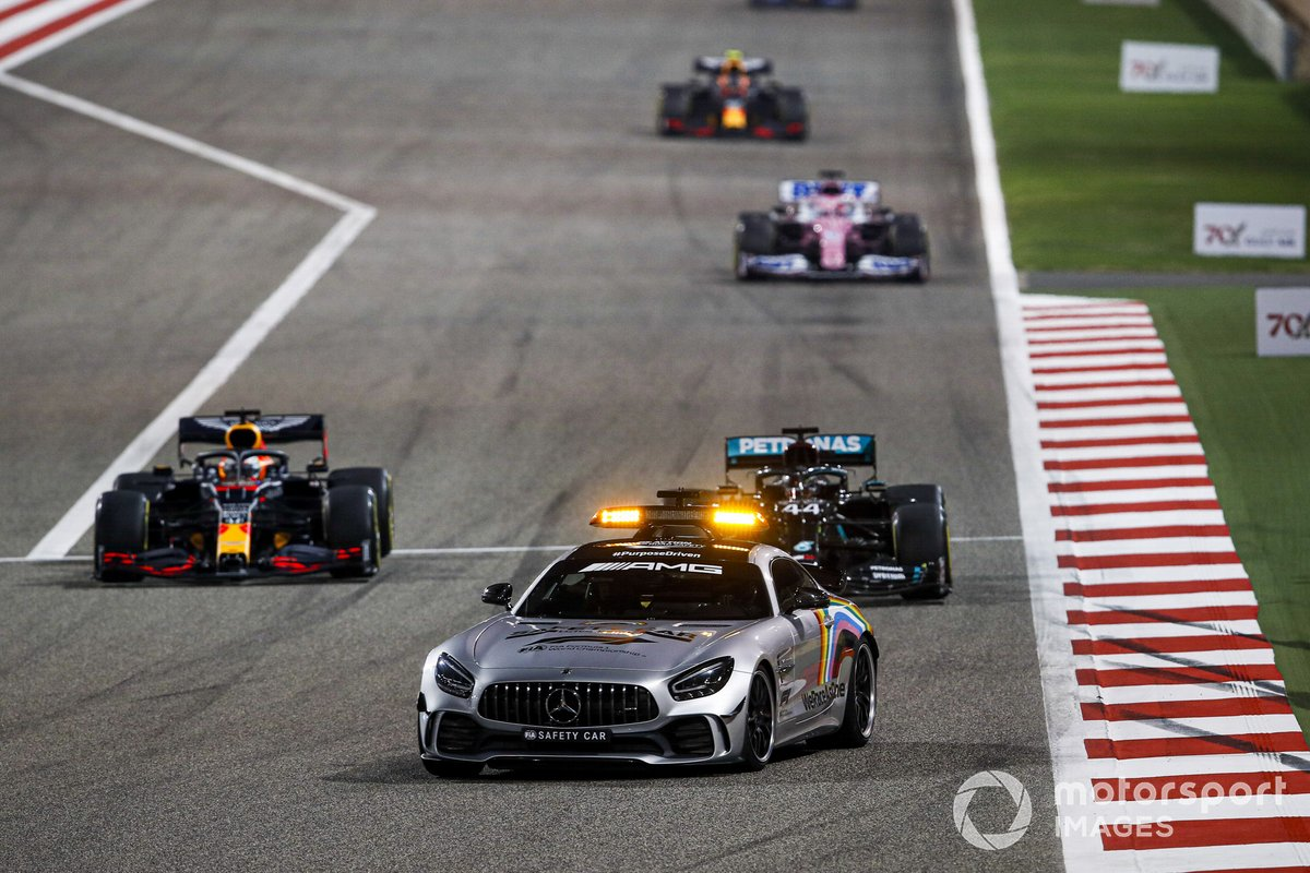 La Safety Car Lewis Hamilton, Mercedes F1 W11, Max Verstappen, Red Bull Racing RB16, e Sergio Perez, Racing Point RP20