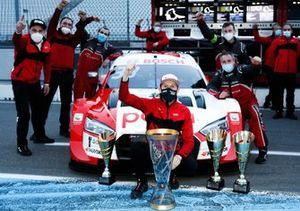 Champion Rene Rast, Audi Sport Team Rosberg with the team