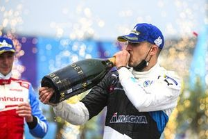 Jake Dennis, BMW i Andretti Motorsport, 1st position, drinks the victory Champagne