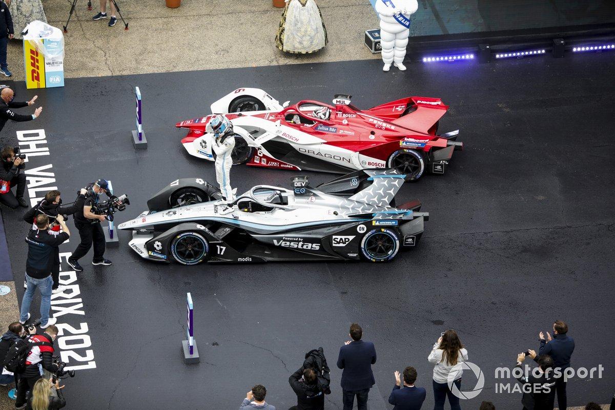 Ganador Nyck de Vries, Mercedes-Benz EQ, EQ Silver Arrow 02 celebra en Parc Ferme