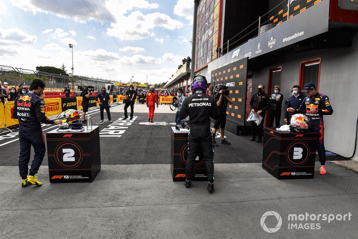 Sergio Pérez, de Red Bull Racing, el hombre de la pole, Lewis Hamilton, de Mercedes, y Max Verstappen, de Red Bull Racing, en el Parc Ferme tras la clasificación