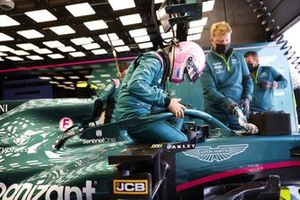 Sebastian Vettel, Aston Martin, s'installe dans son siège