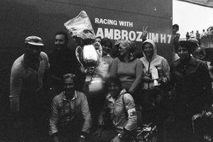 Vittorio Brambilla et l'équipe March avec le trophée du vainqueur