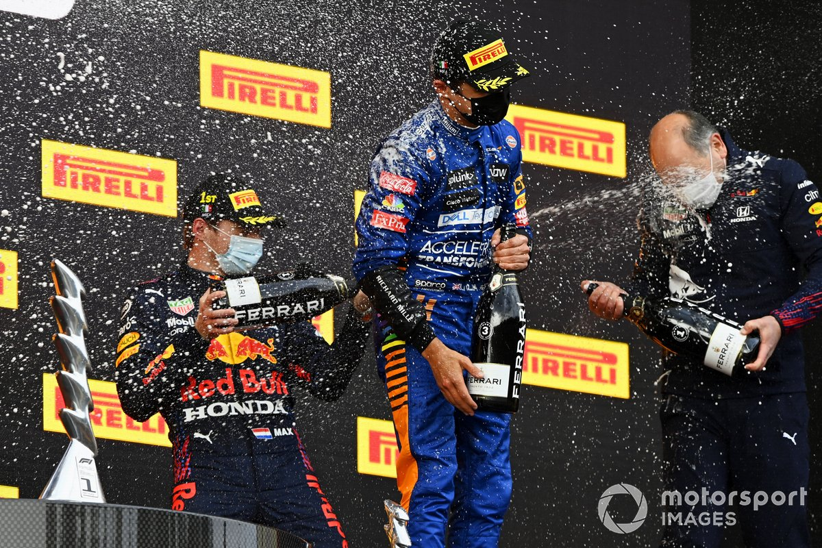 Podio: ganador Max Verstappen, Red Bull Racing, y el tercer lugar Lando Norris, McLaren